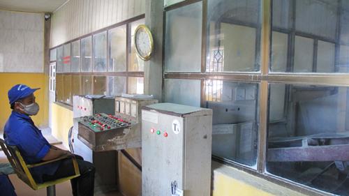Amiăng và xi măng được định lượng, nghiền và phối trộn tự động trong phòng kín tại Cty CP Bạch Đằng