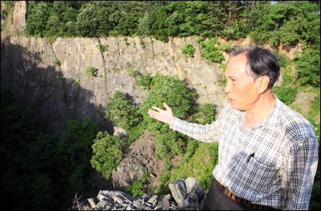 Ông Jeong Ji-yeol - người đại diện cho cư dân ở Hongseong, chỉ vào nơi mỏ amiăng đã đóng cửa ở tỉnh Nam Chungcheong