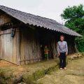 Vợ mất để lại năm người con, ông Xín thôn Lũng Buông tần tảo cả đời lo cho sáu miệng ăn mà không dám mơ đến một căn nhà kiên cố