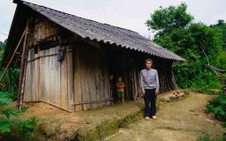 The wife died leaving five children, Mr. Xin in Lung Buong village devoted himself to feed his family without a dream of house