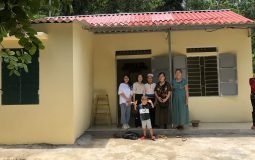 Together with the volunteer team of Dream for children, the Vietnam National Roofsheet Association bring colorful AC roof sheet to the poor